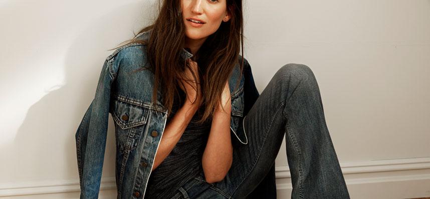 frau-im-jeans-outfit