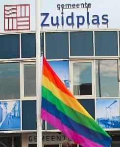 De regenboogvlag voor het gemeentehuis in 2014. Foto Sp-Zuidplas
