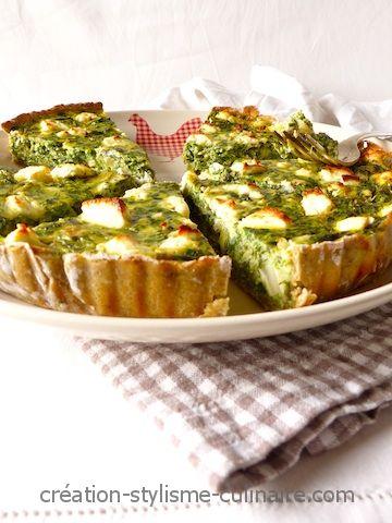 Une belle tarte sans gluten copieuse et saine aux légumes et au fromage de chèvre, avec une pâte à l'avocat!