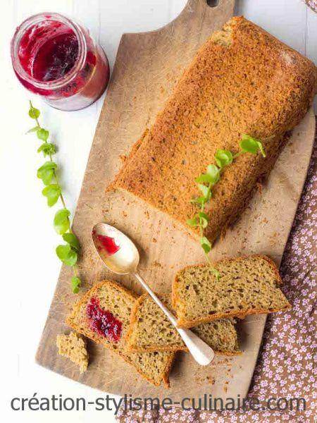 De belles tranches de pain sans gluten au levain pour le petit déjeuner