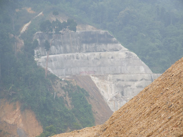 The side of the Bengoh dam.