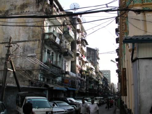 Typowa ulica w centrum Rangunu