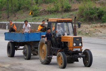 Korea Północna - przejazd traktorem po pracy