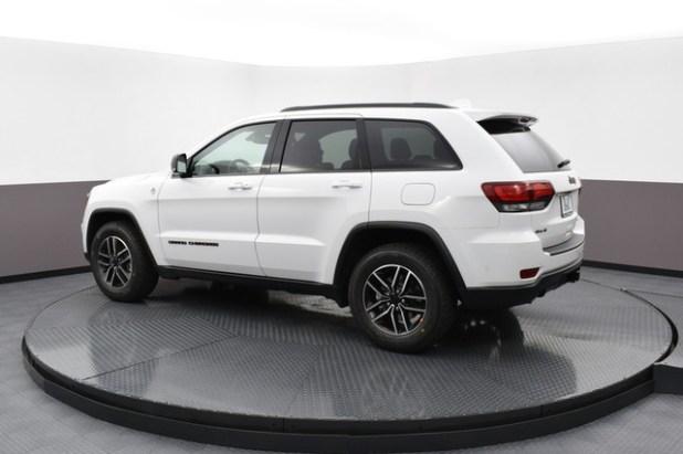 2020 Jeep Grand Cherokee Trailhawk side look