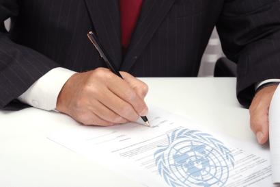 Handtekening onder het politieke bondgenootschap tussen het Wachttorengenootschap en de Verenigde Naties