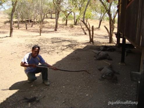 si pawang (ranger) beserta 'tongkat sakti' nya