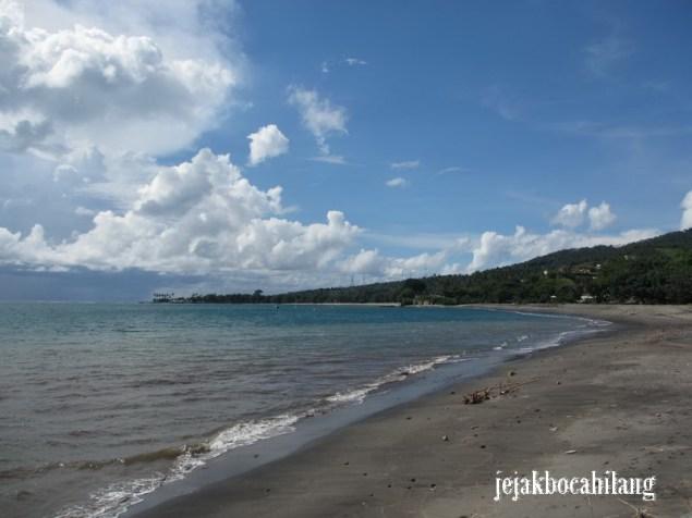 Pantai di samping Pura Batu Bolong