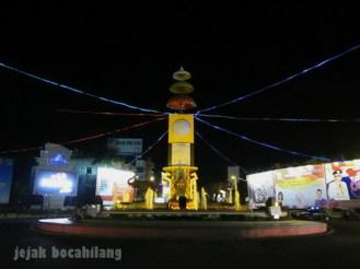 Tugu Adipura malam hari