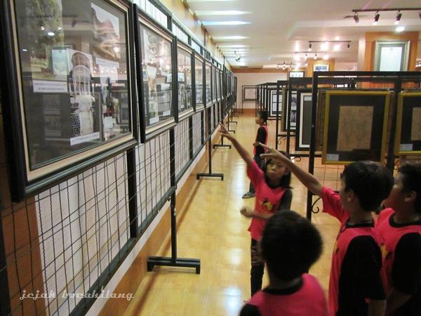 pengunjung sedang melihat foto rumah-rumah pengasingan Bung Karno