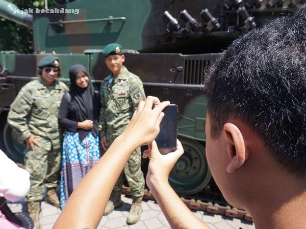 sesi foto di depan tank