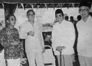 M. Natsir, Buya Hamka dan mantan perdana menteri Malaysia, Tun Abdul Razak di Serawak.  Sumber foto: Buku: Kenang-Kenangan 70 tahun Buya Hamka (1979).