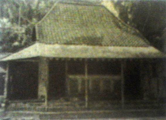 Tempat mengaji santri di tahun 1940-an. Sumber foto: AM Yasin & Fathurrahman Karyadi, Profil Pesantren Tebu Ireng, Pustaka Tebu Ireng:2011