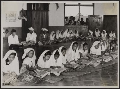 Anak perempuan mengaji (kemungkinan) di Masjid Prabumulih, Padang, 1955. Sumber: KITLV Digital Media Library (http://media-kitlv.nl/all-media/indeling/detail/form/advanced?q_searchfield=52673)