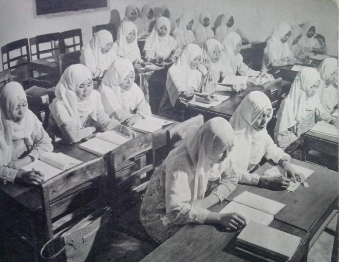 Sekolah Guru Putri. Foto diperkirakan dari tahun 1950-an. Sumber Foto: Muh. Natsir dan Nasroen A.S, Hidup Bahagia. Penerbitan Vorkink-Van Hoeve: Bandung
