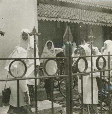Siswi di sebuah sekolah Islam di Solo tahun 1970-1971. Koleksi Karel A. Steenbreek. Sumber: KITLV Digital Media Library (http://media-kitlv.nl/all-media/indeling/detail/form/advanced?q_searchfield=506076)