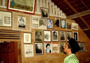 Gambar-gambar yang terpajang pada sebuah 'Balee' (Balai Belajar) di Dayah Tanoh Abe, Seulimum, Aceh Besar. Sumber foto: Misykah.com