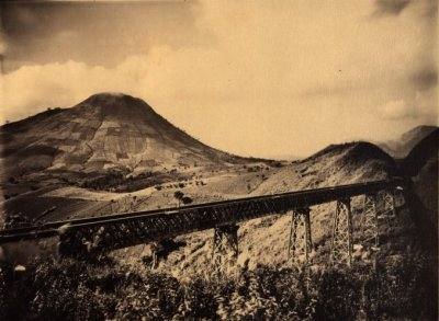 Jembatan kereta menuju Bandung, dekat Tasikmalaya. Sumber foto: KITLV Digital Media Library (http://media-kitlv.nl/all-media/indeling/detail/form/advanced/start/33?q_searchfield=priangan)