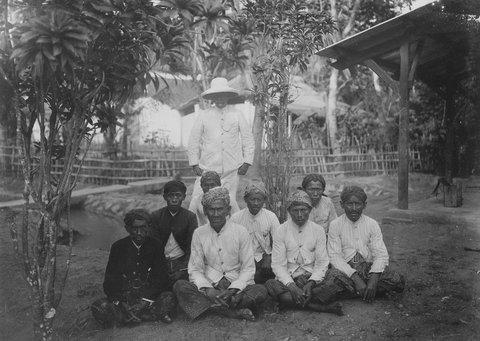 Gambar 1.7 Buruh pabrik gula di Jawa tahun 1919. Sumber foto: lens.blogs.nytimes.com