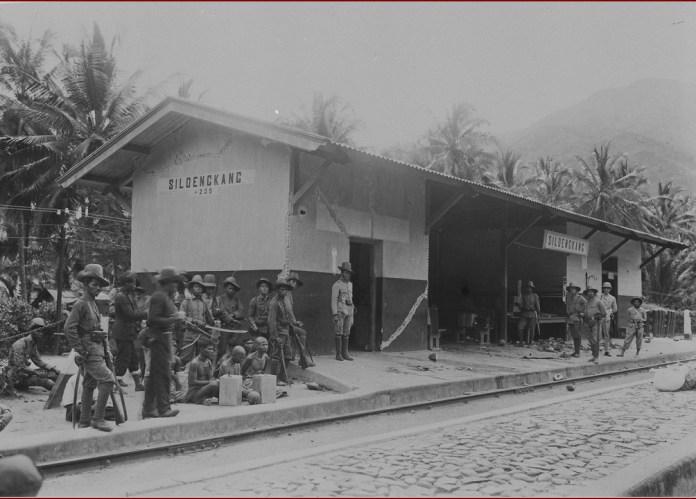 Gambar 3.5 Tentara KNIL yang datang ke Silungkang bersama orang-orang yang ditahan. Sumber foto: Koleksi online Tropen Museum