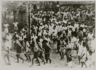 Gambar 10. Para pemberontak digiring untuk dieksekusi di Magetan. Sumber foto: KITLV Digital Media Library