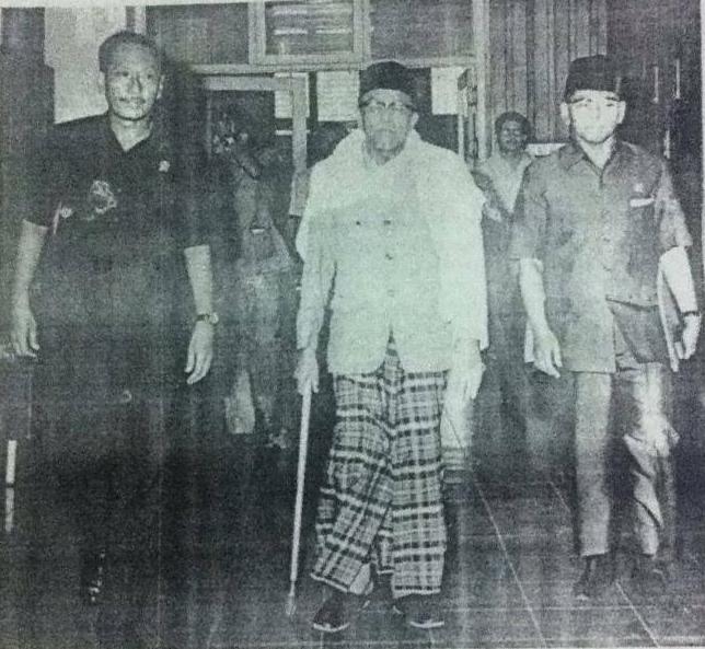 Buya Hamka bersama Mukti Ali dan Menteri Penerangan, Mashuri. Sumber foto: Majalah Panjimas