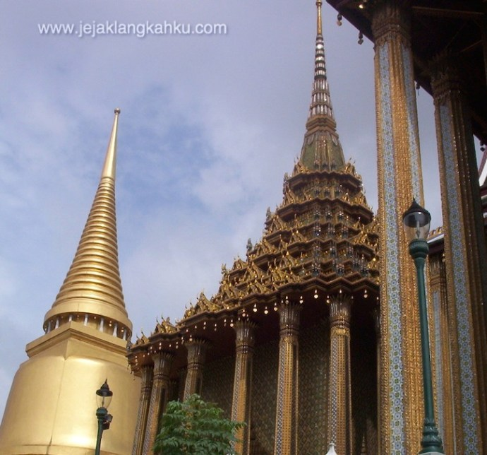 thailand travelling backpacker temple gold