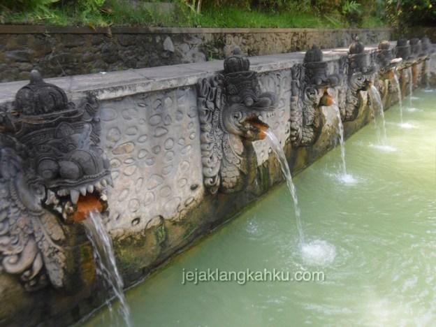 Nikmati Percikan Air Panas dari Patung Mulut Naga di Pemandian Air Panas Banjar Singaraja, Bali