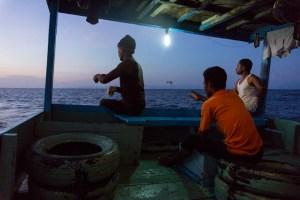 nelayan larantuka memancing