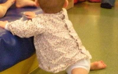 La motricité libre du bébé et ses étapes découvertes par l'enfant, étape 12 : Se met à genoux