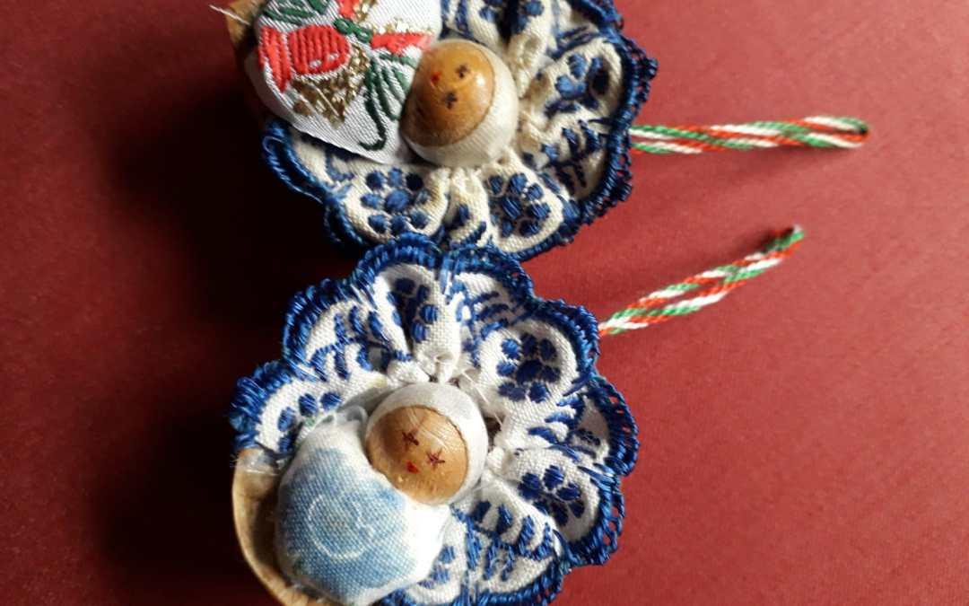 Artisanat Hongrois, des bébés dans une coquille de noix