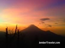 Hangatnya Golden Sunrise Puncak Sikunir Jember Traveler