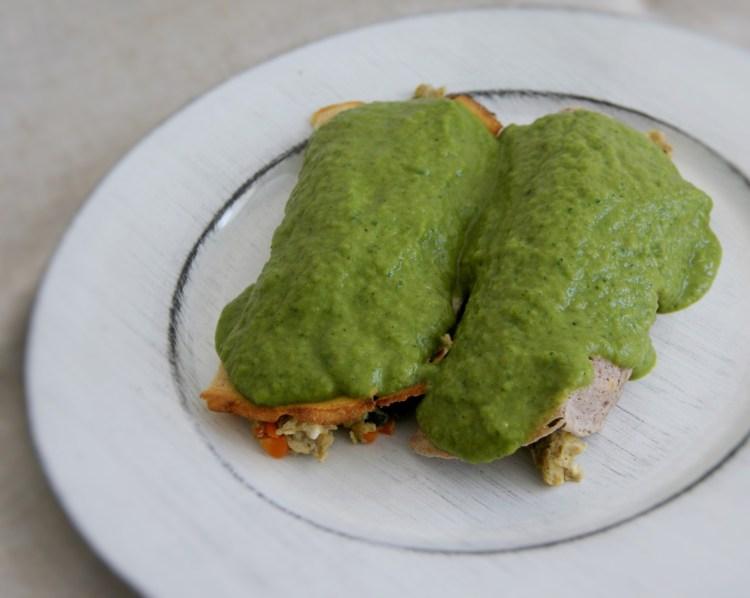 Crepas rellenas de huevo en salsa poblana