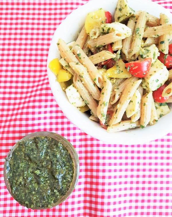 Ensalada de pasta integral con pesto de albahaca y espinaca