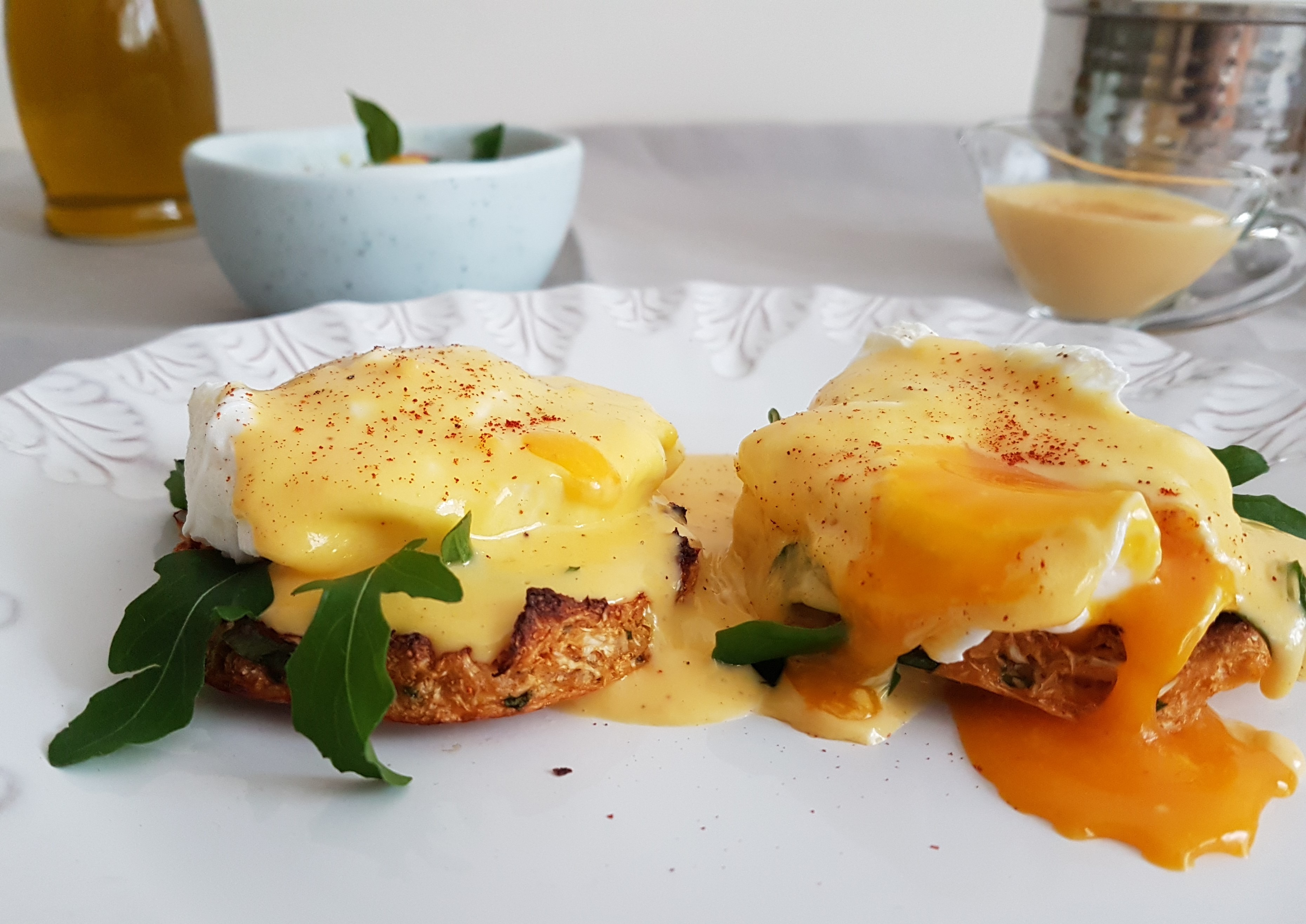 Huevos pochados sobre muffin de coliflor y holandesa