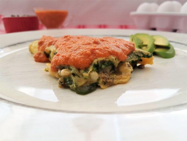 Omelette de verduras y salsa de chipotle