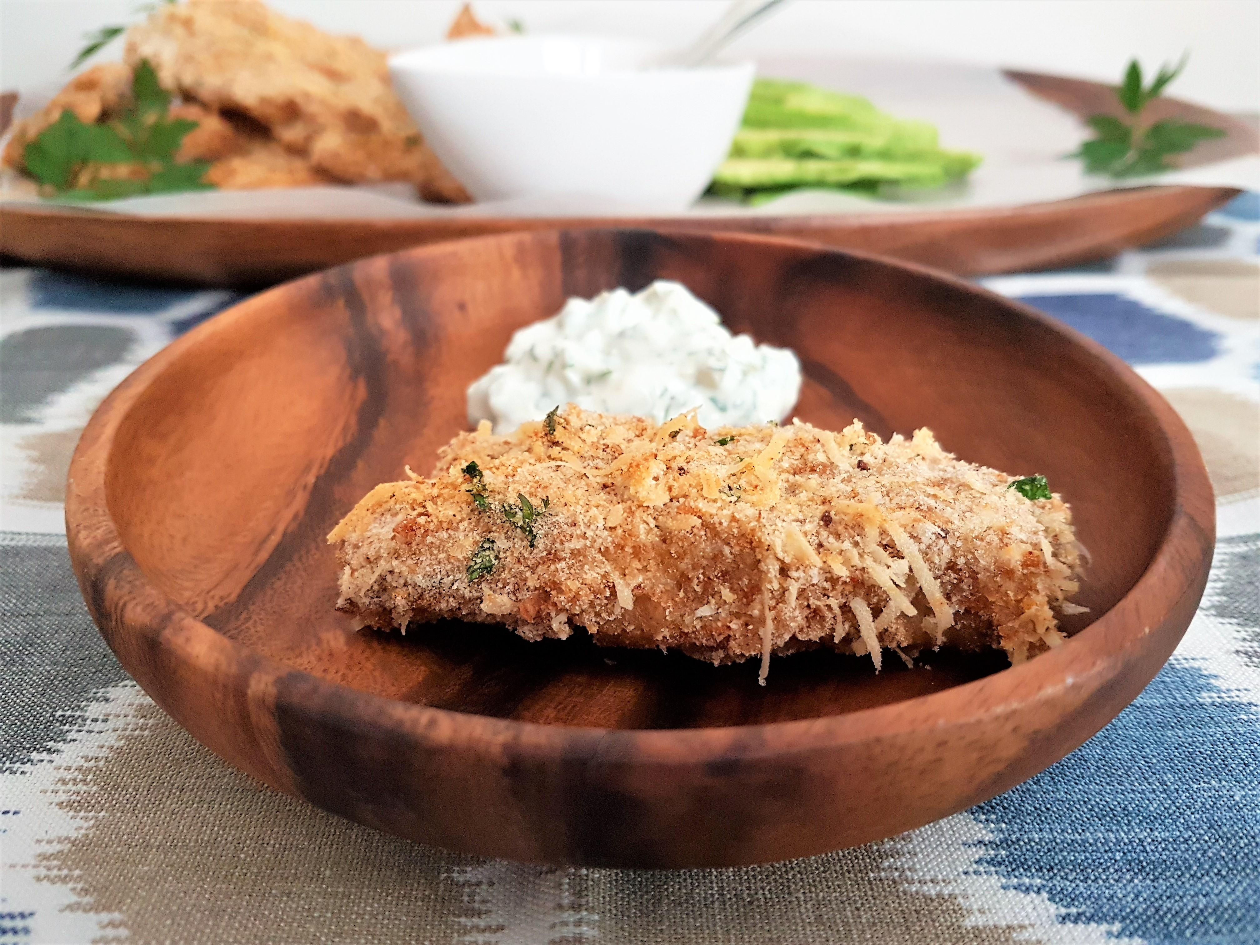 Deditos de pescado con salsa tártara/ Fish sticks with tartar sauce
