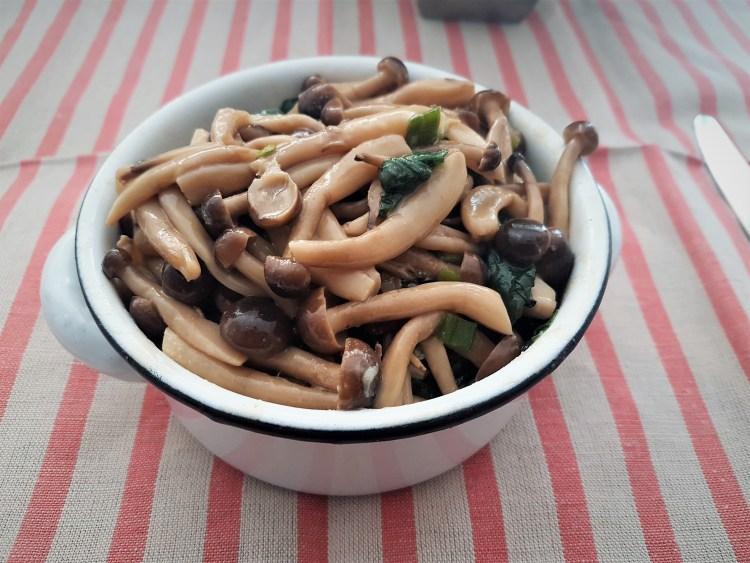 Hongos shimeji en caldo de alga kombu