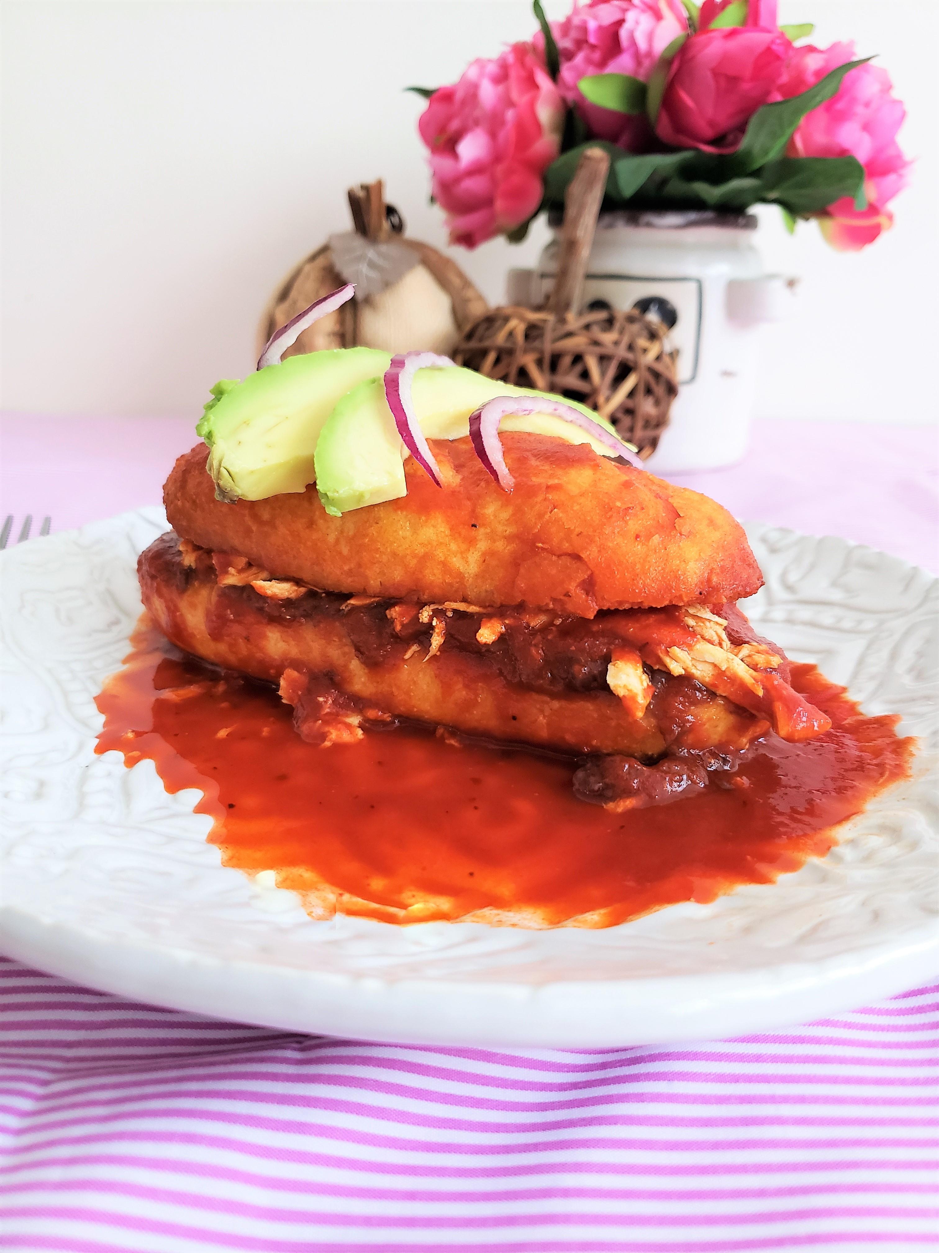 Tortas en salsa a la chilanga