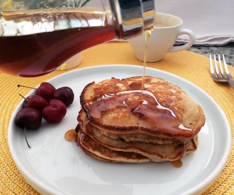 Hotcakes de pera y jengibre con miel de jengibre y canela