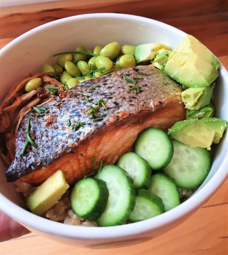 Bowl de salmón a la naranja con arroz integral y verduras