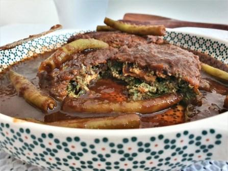 Tortitas de huauzontles con queso de cabra y hongos en pasilla