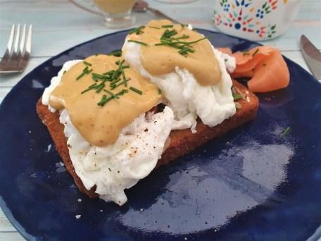 Huevos pochados con salsa de aguacate