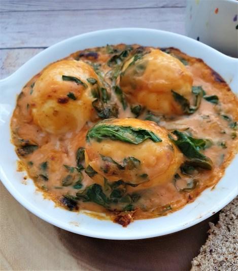 Huevos en salsa de jitomate y queso