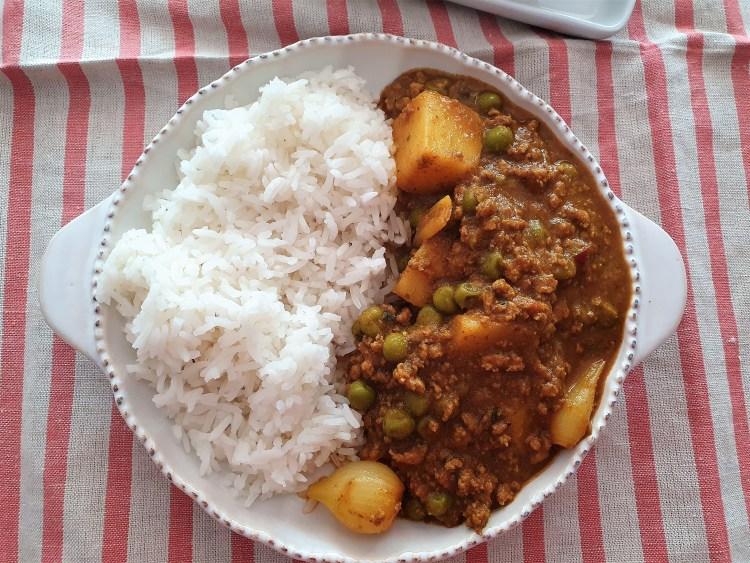 Curry de cordero con chícharos y papas