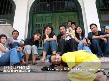 di depan pintu Masjid Agung Jawa Tengah