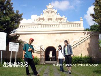 di depan gerbang Umbul Binangun