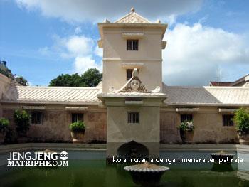 kolam utama dengan menara tempat raja