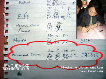Miwako menuliskan nama kami dalam huruf kanji
