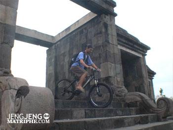 menuruni candi menggunakan sepeda