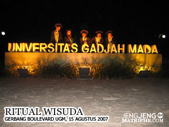 Ritual Wisuda di Boulevard UGM